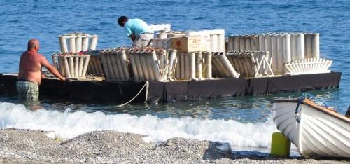 Operarios de la empresa pirotécnica preparando la plataforma marítima desde la que se lanzarán, también, fuegos artificiales
