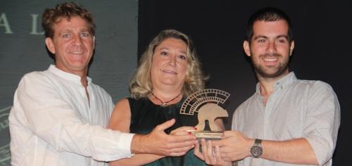 MIGUEL ANGEL CARMONA RECOGE PREMIO ALMUÑECAR  FICA 2014  MANOS DE ALCALDESA Y JUANJO ARTERO 2