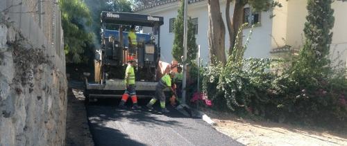Operarios asfaltando la Cuesta de la Negrita de La Herradura
