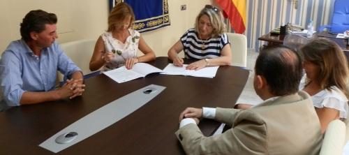 Momento de la firma del convenio entre el Ayuntamiento de Almuñécar y TUI España