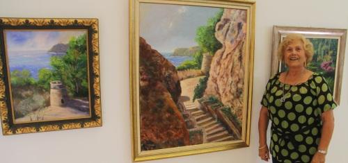 Pepa Cortés junto a algunas de sus obras