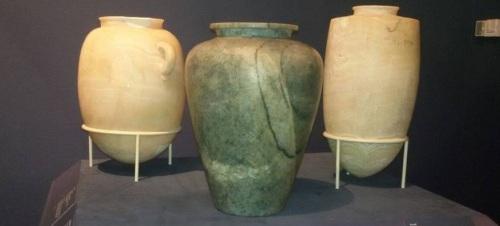 Vaso de Apofis I (en el centro) expuesto en el Museo Metropolitano de Arte de Nueva york