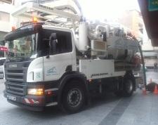 Camión bomba limpieza imbornales plaza Aurora, Motril