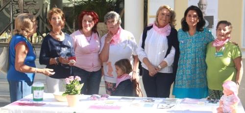 Lazos y globos rosas contra el cáncer de mama en Almuñécar