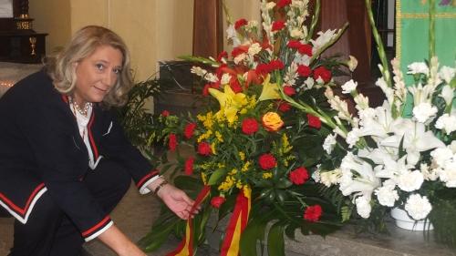 Ofrenda de la alcaldesa de Almuñécar, Trinidad Herrera, a la Virgen del Madre