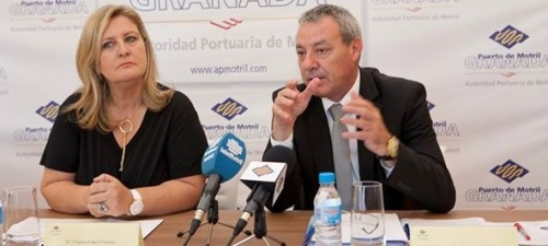 El Presidente de la Autoridad Portuaria, Francisco Álvarez de la Chica, y la Directora General de Cruises News Media Group, Virginia López, presentando el I Motril Cruise Forum
