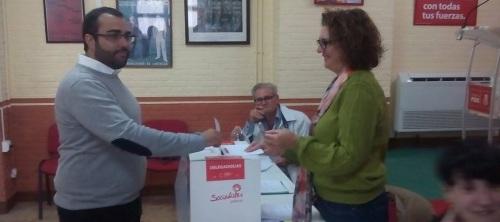Juan Francisco Mancilla, en la foto votando, gana las primarias del PSOE en Loja.