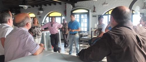 El concejal de Mantenimiento y Urbanismo del Ayuntamiento de Almuñécar, José Manuel Fernández, se reunió con los vecinos y comerciantes de la calle Manila para informarles del inminente inicio de las obras de rehabilitación de la citada calle