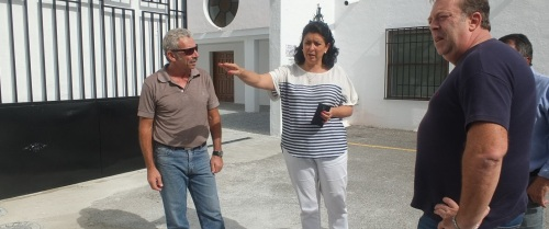 María del Carmen Reinoso, concejal delegada de Servicios Sociales, visita el cementerio municipal de Almuñécar junto a técnicos municipales
