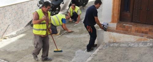 Obras y Mantenimiento de Almuñécar lleva a cabo mejoras en pavimento de la calle Carmen Baja