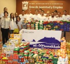 """La Asociación Juvenil """"Al Munekkab"""" dona 1.800 kilos de alimentos a Cáritas"""