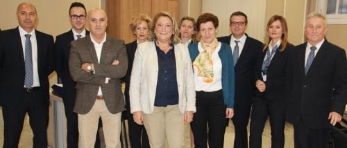 Alcaldesa de Almuñécar y concejal de Organización Administrativa junto a los empleados municipales encargados de atender la OAC
