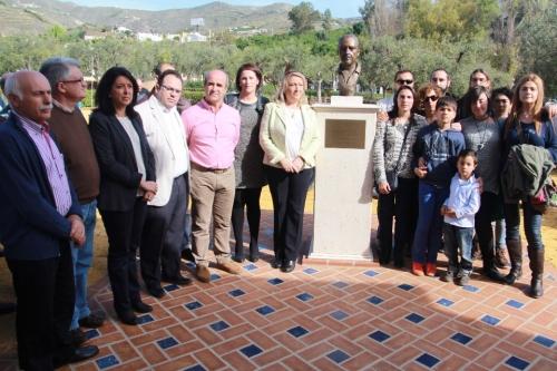 Concejales (a la izq. de la foto) y familia (a la dch. de la foto) junto al busto de Pepe Matías