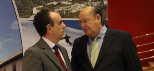 Rafael Rodríguez, consejero de Turismo y Comercio de la Junta de Andalucía, junto a José María Guadalupe, vicepresidente de la Diputación de Granada y delegado de Presidencia