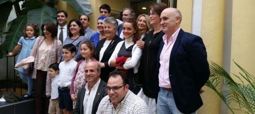 Familia de Don Pedro Torres Zurita junto con la alcaldesa de Almuñécar y otros corporativos