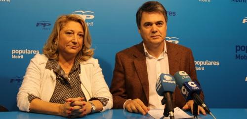El portavoz del Partido Popular en el Parlamento de Andalucía, Carlos Rojas, acompañado por la alcaldesa de Almuñécar, Trinidad Herrera