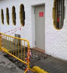 Lateral de la guardería municipal de La Herradura que hubo que romper para evacuar el agua