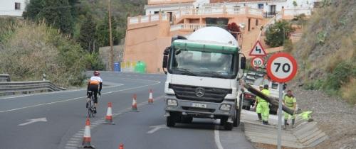 Carreteras mejora arcenes y cunetas de la CN 340 en los accesos a Almuñécar