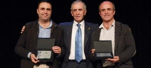 Luis Aragón, concejal de Deportes del Ayto. de Almuñécar, recibió de manos del delegado provincial de la Federación Andaluza de Ciclismo, Ángel Camarero, un galardón en reconocimiento a su labor