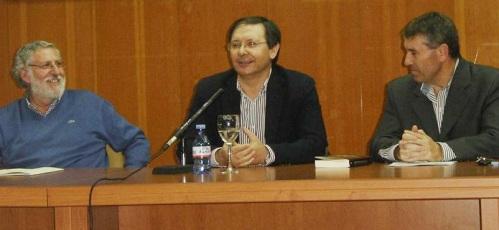 """El escritor Antonio Lara presentó este jueves su novela """"La renta del dolor"""", acompañado por Andrés Cárdenas y Ángel Ortega"""