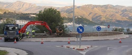 El Ayuntamiento decora la rotonda de acceso a Almuñécar por la CN 340