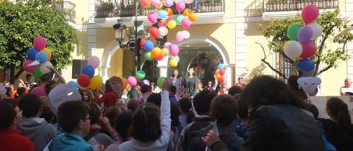 Suelta de globos frente al Ayuntamiento de Almuñécar