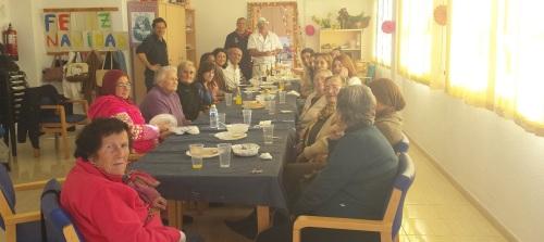 Comida navideña con los mayores del Centro de Día del barrio de San Miguel