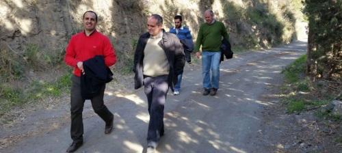 José Manuel Fernández Medina, concejal de Urbanismo del Ayto. de Almuñécar, junto a técnicos supervisando el trazado de las obras de acondicionamiento y mejora del Camino de la Almenara - Loma del Gato