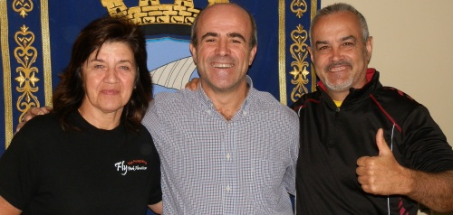 El concejal de Deportes, Luis Aragón, Antonio Castro, presidente del Club Parapente Costa Tropical, y Leoni Hernan, representante de Fly Park Almuñécar