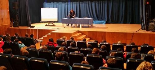 El secretario del Ayuntamiento de Almuñécar habla sobre la Constitución Española a alumnos de La Herradura