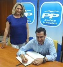 Trinidad Herrera, presidenta del PP de Almuñécar, junto a Juanma Moreno, presidente del PP de Andalucía