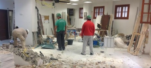 Obreros trabajando en la reforma del Ayto. de Almuñécar
