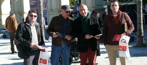 Sergio García Alabarce, secretario general del PSOE de Almuñécar y candidato a la Alcaldía, junto con otros miembros de la Ejecutiva del PSOE local, en una campaña informativa en el mercadillo de los viernes