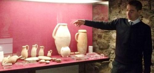 VASOS DE ALABASTRO Y OTROS ELEMENTOS EXPUESTOS EN MUSEO ALMUÑECAR 14