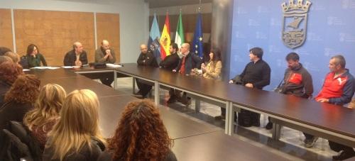 El concejal de Medio Ambiente y Playas, Luis Aragón, presenta a los empresarios adjudicatarios el nuevo reglamento de las playas sexitanas