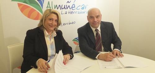 Trinidad Herrera, alcaldesa de Almuñécar, firma en le marco de Fitur 2015 un convenio con el Grupo Logitravel