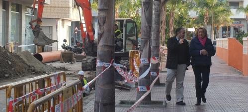 La alcaldesa de Almuñécar visita las obras que se están acometiendo en la zona de la Plaza Madrid