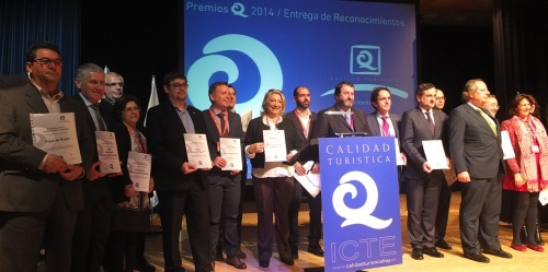 """La alcaldesa de Almuñécar y presidenta del Patronato Municipal de Turismo, Trinidad Herrera, recoge en Madrid la certificación de la """"Q"""" de calidad, concedida a la Oficina de Turismo de Almuñécar"""