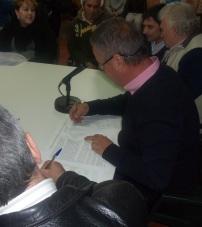 """El candidato a la alcaldía por el PA, Juan Carlos Benavides, firma el """"Manifiesto en defensa del mercado municipal"""""""