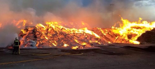 El viento reinante dificulta la extinción del incendio declarado en una dársena del Puerto de Motril