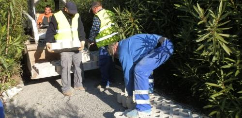 El Ayuntamiento de Almuñécar mejora el parque Mediterráneo con la instalación de un pavimento ecológico