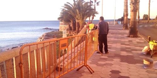 Trabajadores del Ayuntamiento de Almuñécar reparan la balaustrada del paseo Prieto Moreno