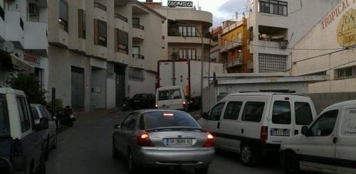 Calle Molvízar, en el barrio de San Sebastián de Almuñécar, colapsada por el tráfico de vehículos pesados