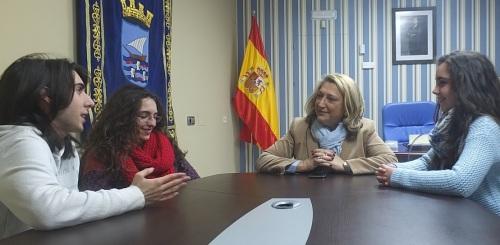 La alcaldesa de Almuñécar recibe a tres jóvenes de la cofradía del Nazareno