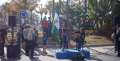 Izado de bandera el Día de Andalucía en la rotonda avd. Juan Carlos I - calle Hurtado de Mendonza, en Almuñécar