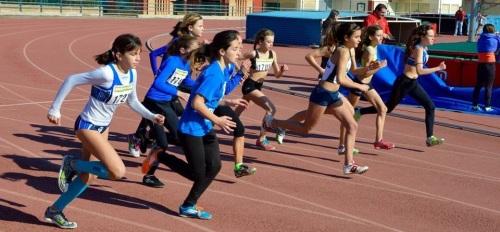 Atletas en una prueba de velocidad en el complejo deportivo Núñez Blanca del Zaidín (Granada)
