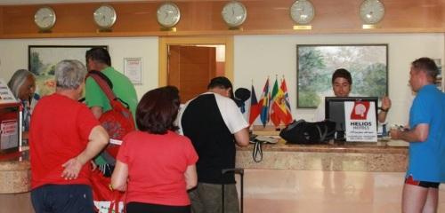 Turistas en la recepción del hotel Helios de Almuñécar