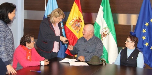 ALCALDESA ALMUÑECAR  HACE ENTREGA DE LLAVES A MAYORES 2
