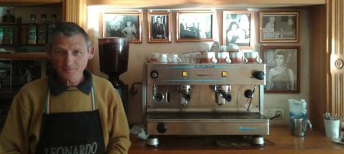 Andrea Tomberli en su cafetería de la calle Cariñena en Almuñécar