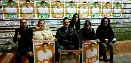 Militantes de Ciudadanos de Almuñécar portando carteles de su líder y candidato a la Presidencia de la Junta de Andalucía